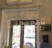 Шторы на малом окне салона.